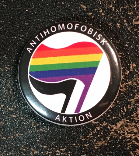 "Antihomofobisk Aktion - 1"" pin"